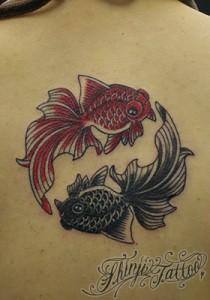金魚のタトゥー(首の下)1 Shinji Tattoo